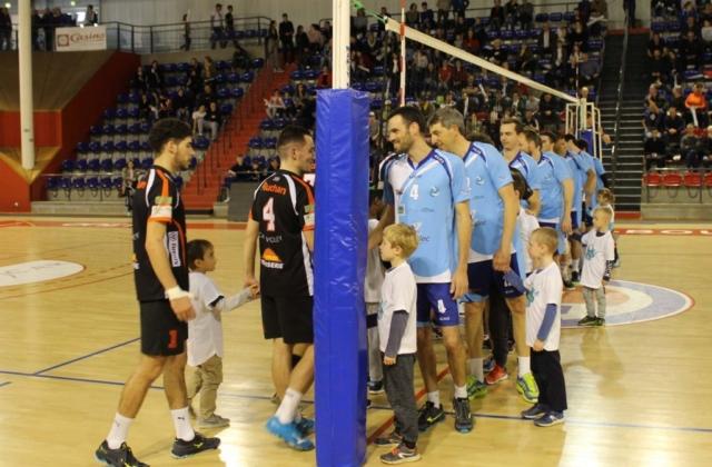 Entrée des joueurs EFVB vs CASE avec l'école de volley